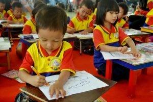 Anak - Anak Murid biMBA mulai menggambar