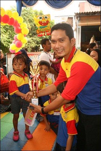 Pemberian hadiah oleh Mitra Unit biMBA Narogong indah, Bpk. Andi