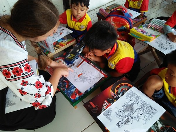 Miss Olha mengajak anak-anak biMBA mewarnai gambar pakaian adat negara Ukraina
