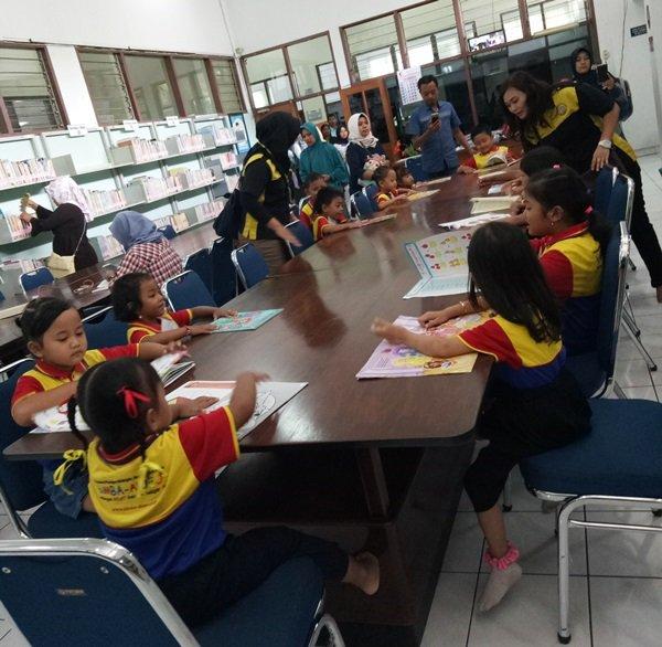Antusiasme anak- anak membaca buku di Ruang Baca perpustakaan