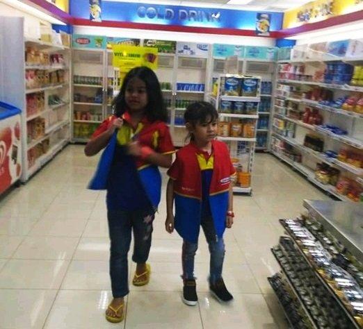 Menggunakan kostum Penjaga supermarket