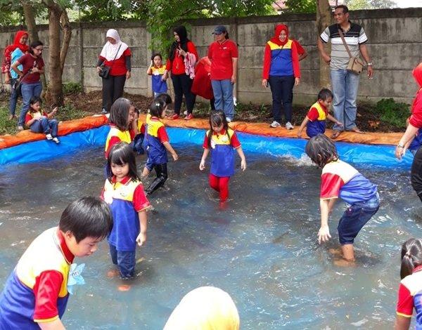 Serunya murid biMBAGolden Vienna beserta ibu guru mencari ikan di kolam