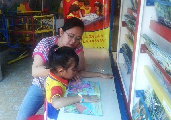 Antusiasme orangtua mengajak serta anaknya untuk membaca di Pusteling biMBA