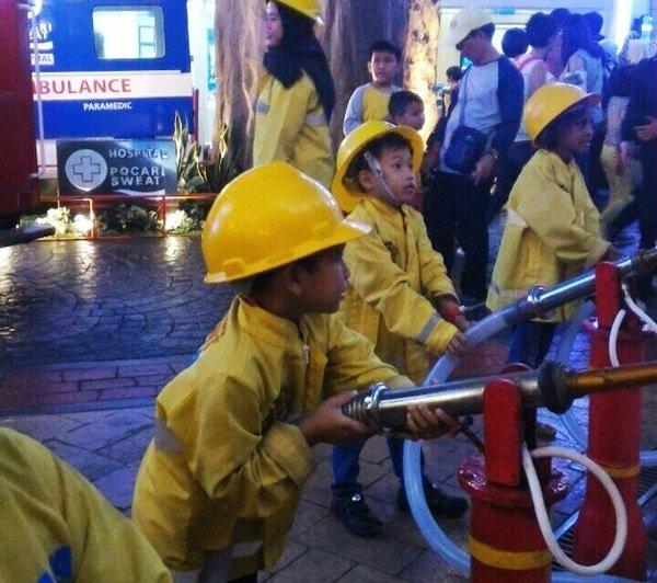 Berprofesi sebagai Petugas pemadam kebakaran