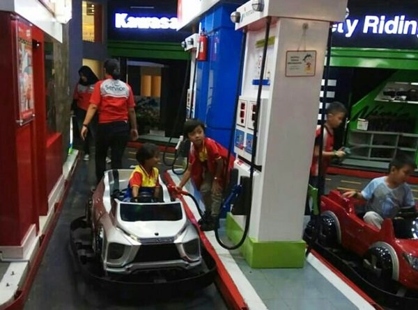 Mengendarai mobil dan mengisi bahan bakar