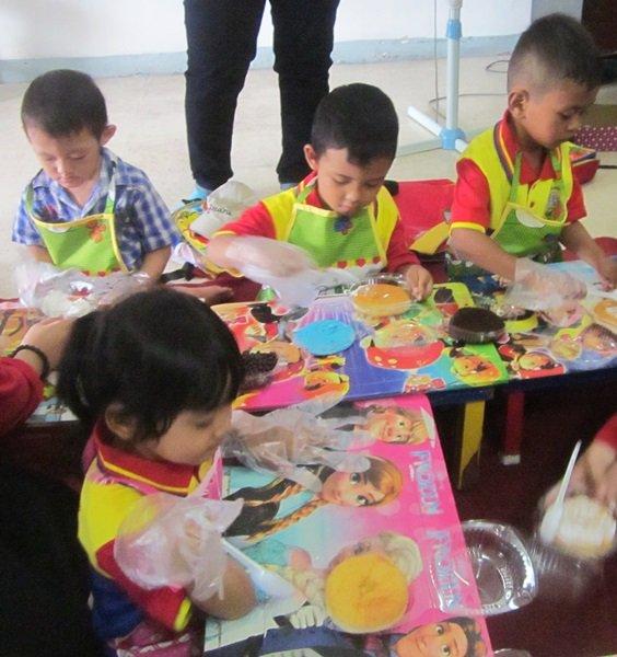 Antusiasme murid biMBA Pondok Candra menghias donat