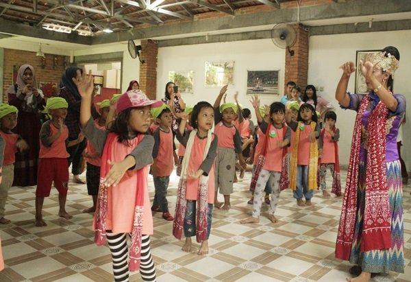 Belajar menari tradisional adat Jawa Barat