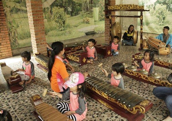 Bermain musik gamelan