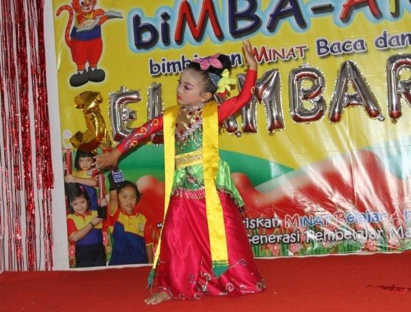 Aksi Tari Jaipong Murid biMBA Jelambar Baru
