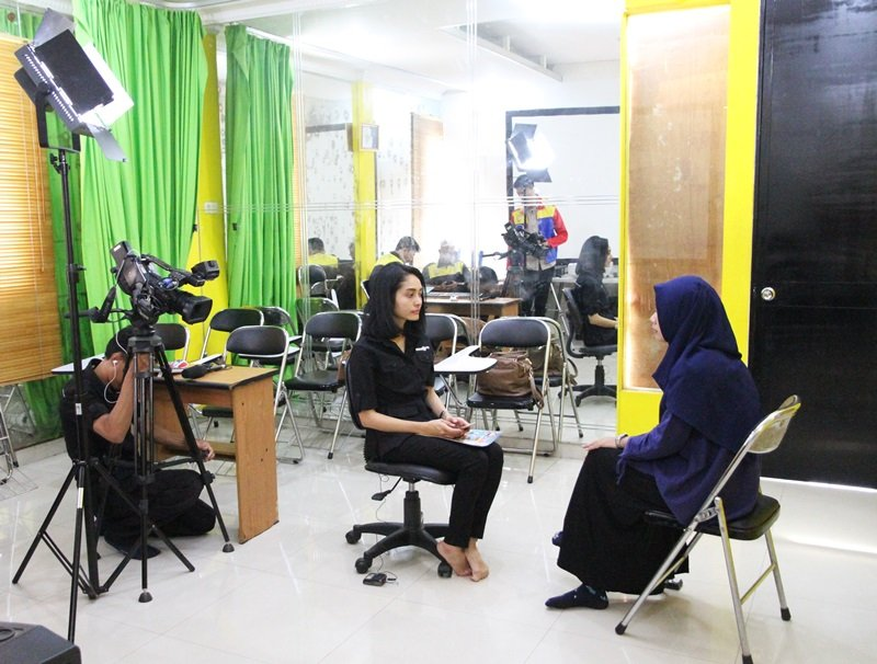 Reporter TV swasta mewawancarai orangtua murid biMBA