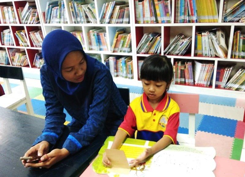 Membaca buku di ruang baca
