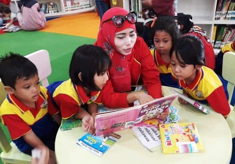 Orangtua ikut serta membacakan dongeng