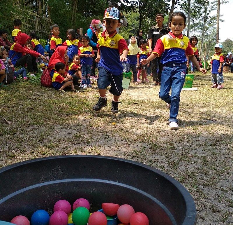 Permainan adu cepat mengumpulkan bola warna