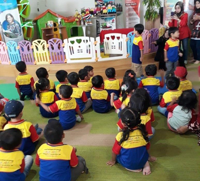 Antusiasme murid biMBA Pondok Ungu Permai mendengarkan dongeng