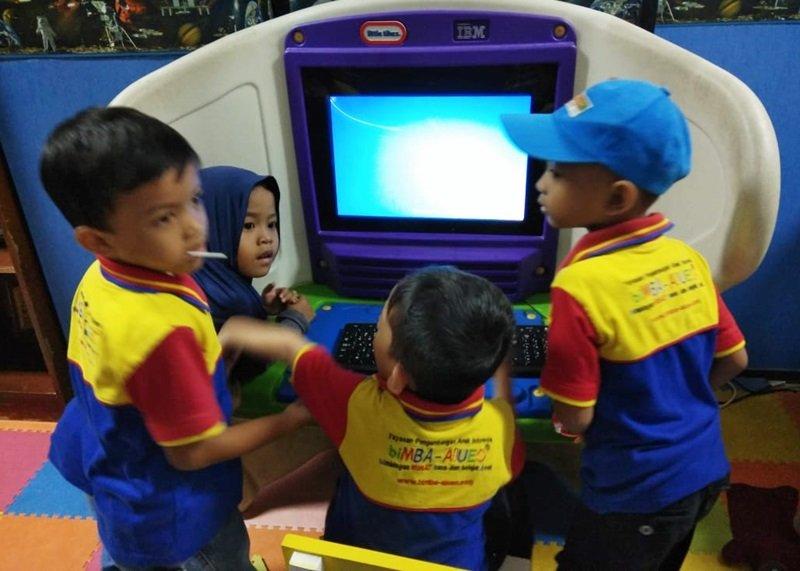 Menggunakan komputer anak