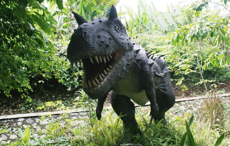 Patung spesies hewan purba