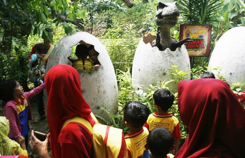 Murid biMBA Rawalumbu Melihat Dinosaurus dari Dekat