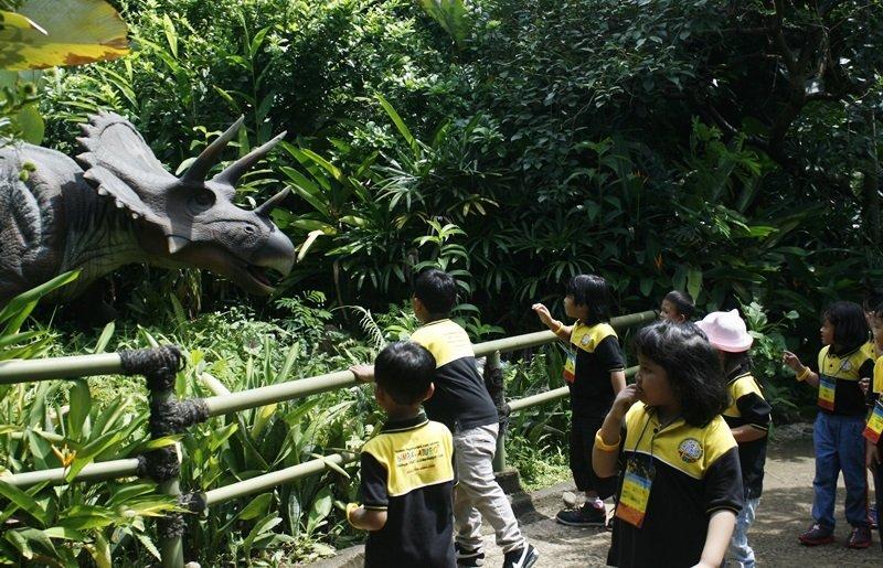 Berpetualang dinosaurus