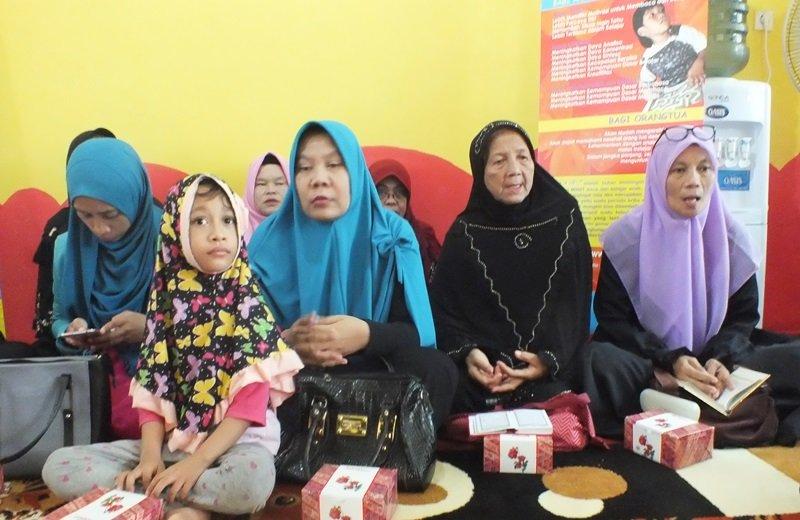 Masyarakat menghadiri kegiatan launching unit biMBA Pondok Pinang