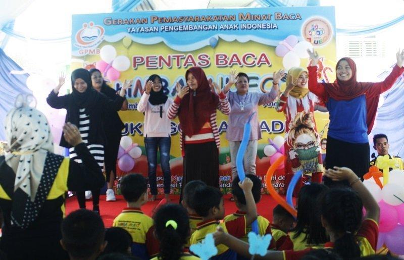 Bunda juga ikut serta menari di atas panggung