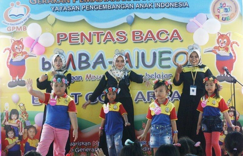 Murid biMBA tampil percaya diri menari di atas panggung