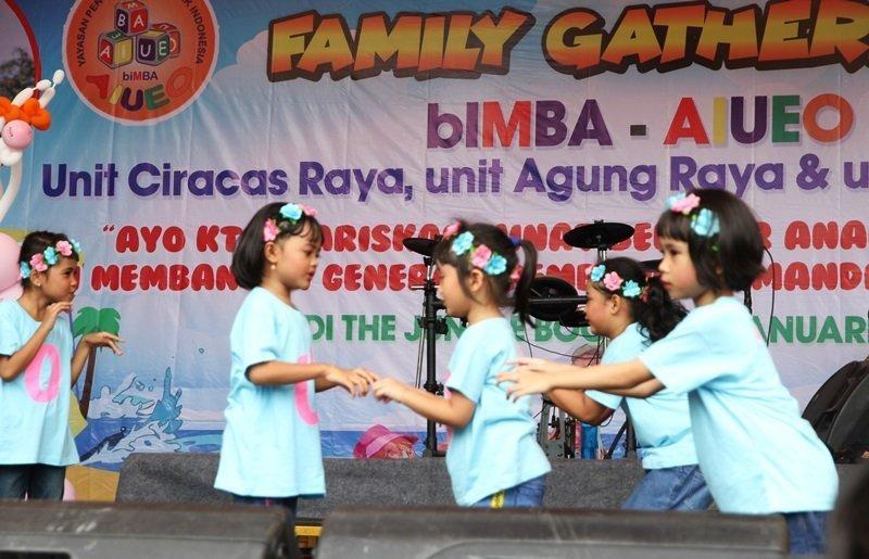 Murid biMBA menari di atas panggung