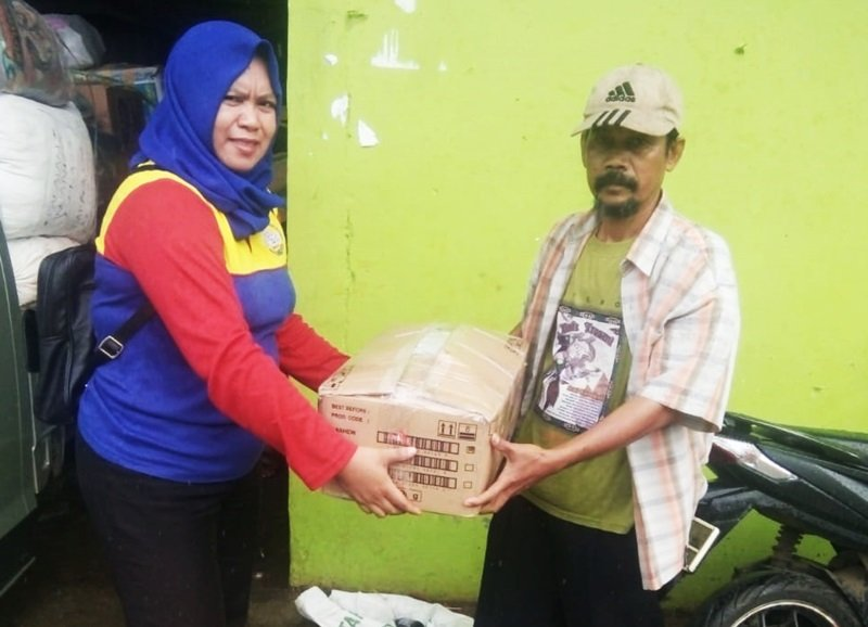 Memberikan donasi untuk korban tsunami