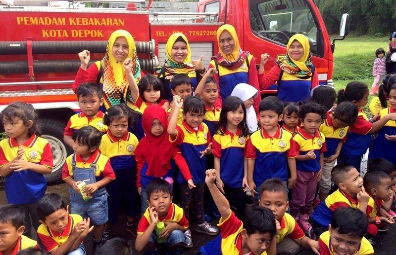 Foto bersama ibu guru dan murid biMBA di depan mobil damkar.