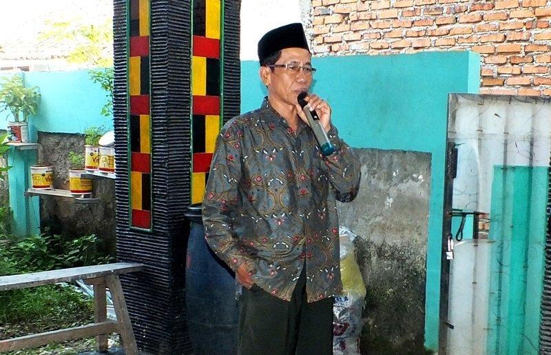 Ketua RT Setempat, Bapak Jayadi memberikan sambutan di depan warga