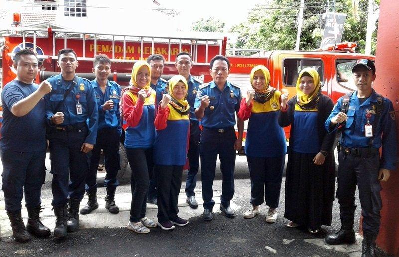 Bersama motivator dan petugas pemadam kebakaran.
