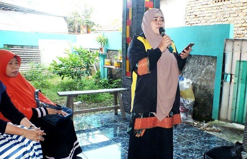 Ibu Fauziah Safarwati sebagai MC di acara Launching biMBA Ahmad Dahlan
