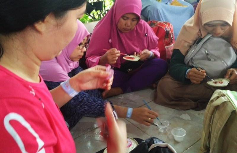 Orang tua murid biMBA membuat kerajinan tangan.