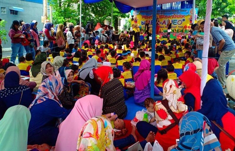 Antusiasme orang tua dan murid biMBA Pondok Kopi di acara pentas baca.
