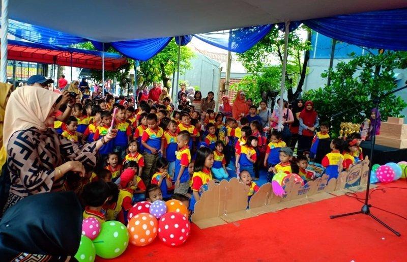 Orang tua mendekati panggung, bangga melihat anak tampil pentas.
