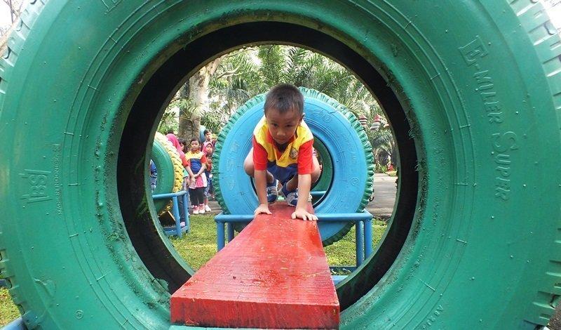 Rintangan demi rintangan dilalui anak-anak biMBA Belly Pekayon saat kegiatan outbound di Water Kingdom.