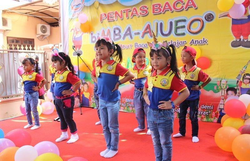 Keceriaan anak-anak biMBA pentas di atas panggung