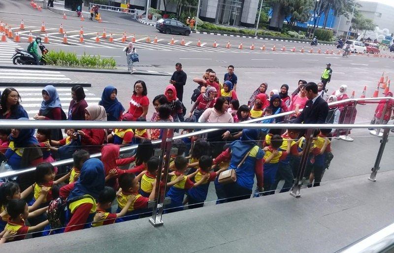 Berbaris yang rapi sebelum masuk ke dalam.