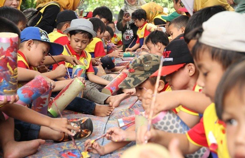 Antusiasme anak-anak biMBA Poris Indah mewarnai celengan.