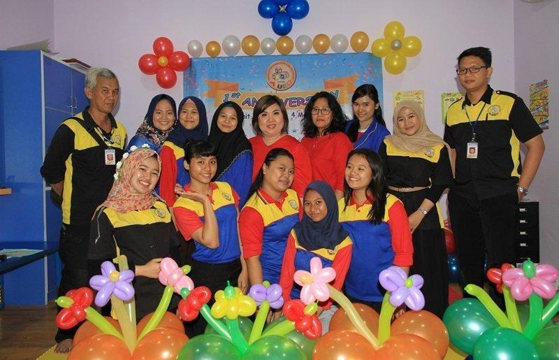 Foto bersama keluarga besar biMBA Teluk Gong dan Perwakilan biMBA Pusat.