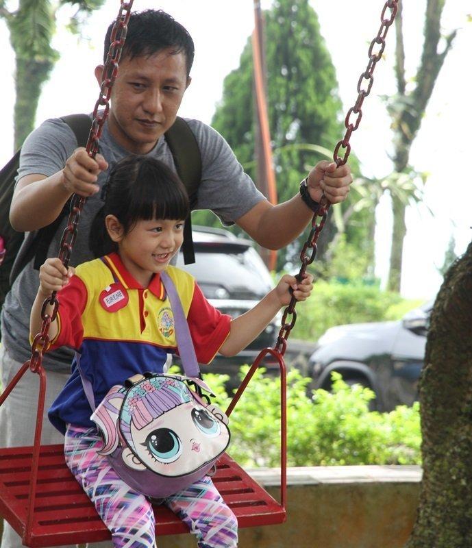 Asyik ya main ayunan bersama orang tua dalam kegiatan outbound biMBA Poris Indah.