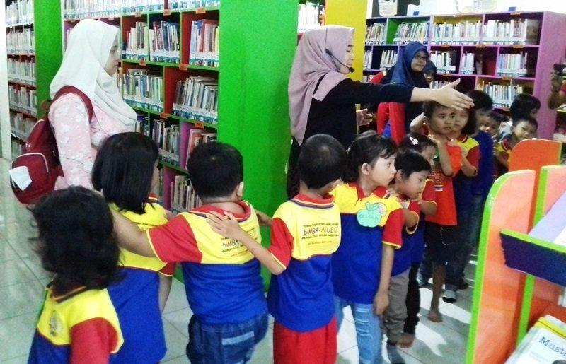Bersenang-senang di Perpustakaan Kota Surabaya