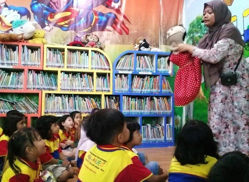 Antusias anak-anak biMBA Surabaya mendengarkan dongeng Cika.