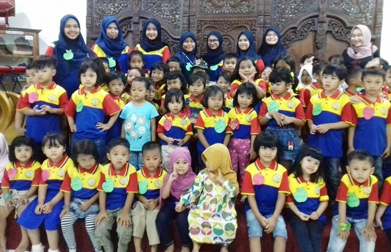 Foto bersama anak-anak dan motivator biMBA-AIUEO Surabaya.