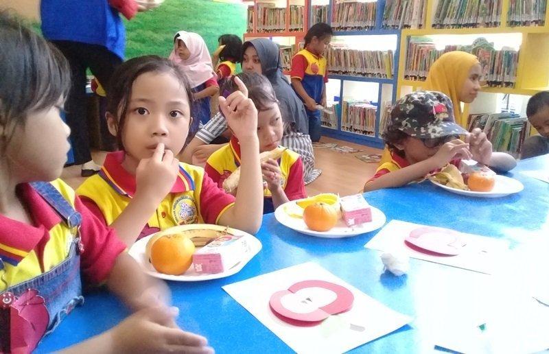 Makan buah bersama, sungguh menyenangkan.