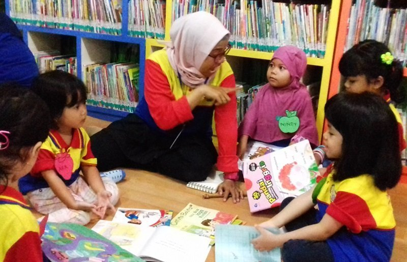 Antusias anak-anak biMBA Surabaya saat membaca bersama.