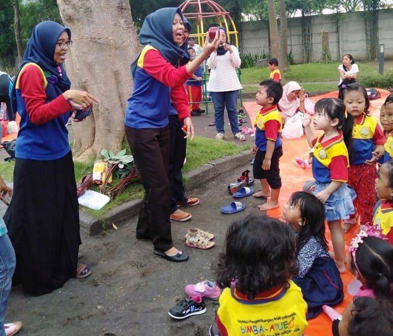 Antusiasme anak-anak biMBA Buduran belajar mengenal buah di taman