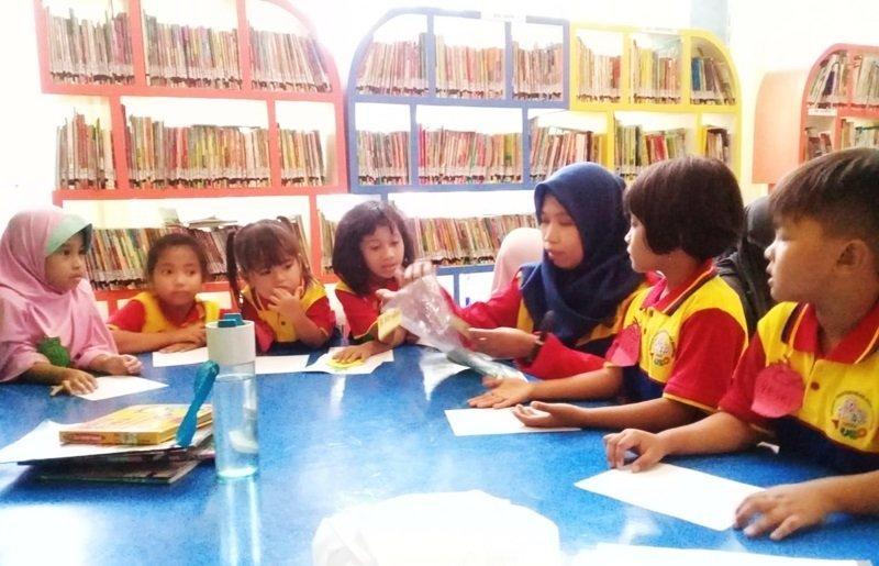 Persiapan anak-anak biMBA menempel bagian-bagian buah.