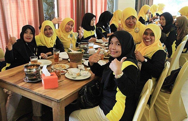 Makan siang bersama dalam acara halal bihalal keluarga besar biMBA Keluarga besar biMBA-AIUEO Cikarang Utara, Cikarang Selatan, dan Agus Salim