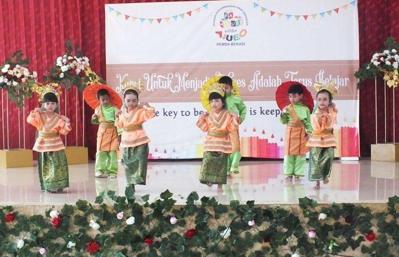 Cantik dan lucu ya murid biMBA menari tarian daerah.