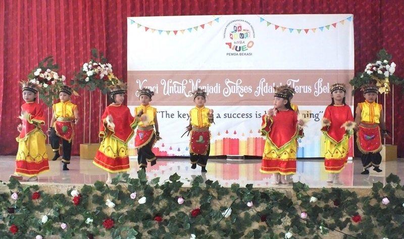 Wah kompak banget murid biMBA saat menari tradisional.